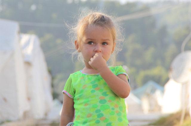 Suriyeli minik sığınmacılar dünyadaki tüm evleri çadır sanıyorlar