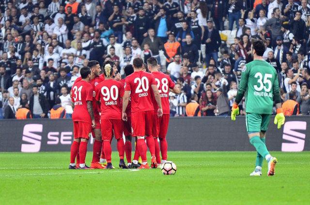 Beşiktaş-Antalyaspor maçında Vodafone Arena'da saha karıştı