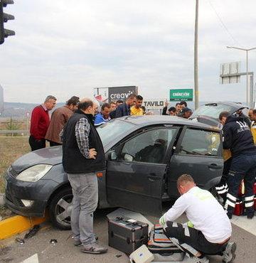 Yeni�a�a il�esinde hasta ta��yan ambulans ile otomobilin �arp��mas� sonucu 5 ki�i yaraland�