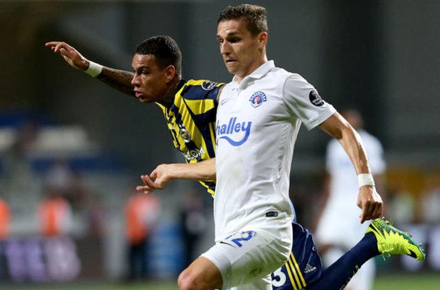 Fenerbahçe'de van der Wiel yönetime takımdan ayrılmak istediğini i