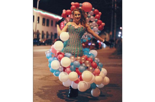 Balondan elbise olur mu? Oluyormuş!