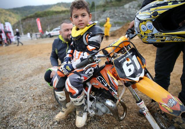 4 yaşındaki motosikletçi