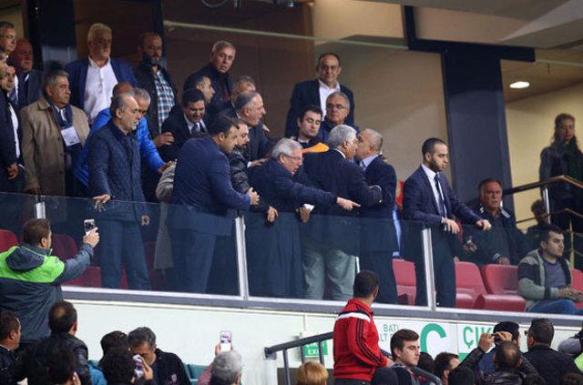 Fenerbahçe Başkanı Aziz Yıldırım ile Atiker Konyasporlu taraftarlar arasında gerginlik yaşandı