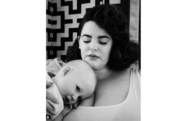Bebeğini anne sütüyle besleyen ünlüler