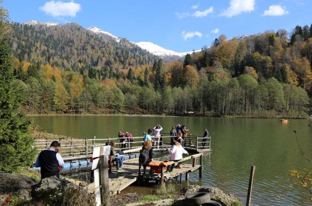 Saklı cennet Karagöl'de iki mevsim bir arada yaşanıyor
