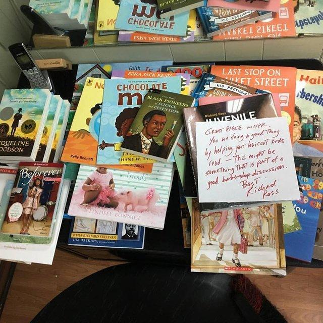 Berber koltuğunda sesli kitap okuyana para veriyor!