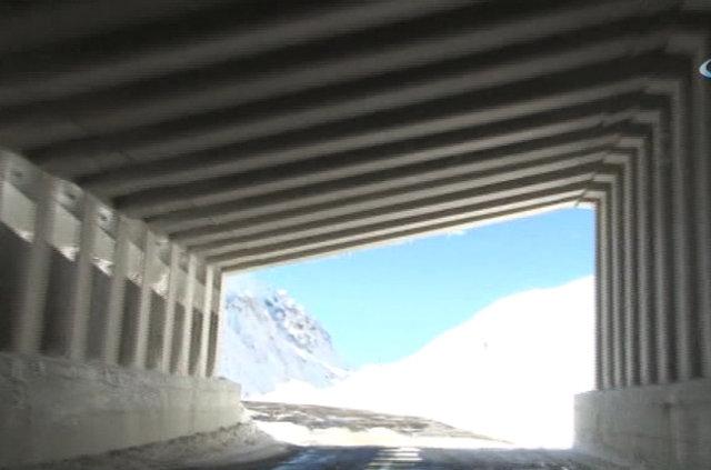 Van Bahçesaray, Kar Tüneliyle Dünyaya Bağlandı