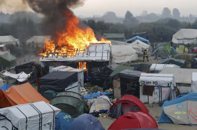 Tahliye edilen Calais sığınmacı kampında çadırlar ateşe verildi