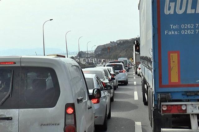 TEM'de otomobil kamyonun altına saplandı: 1 ölü, 5 yaralı