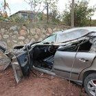 Kocaeli'nde kontrolden çıkan otomobildeki anne ve oğlu kazayı ucuz atlattı