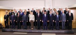 NATO Savunma Bakanlarından aile fotoğrafı