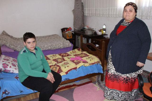 Anne 176, oğlu ise 102 kilo! Tek isteği oğluyla okula yürümek