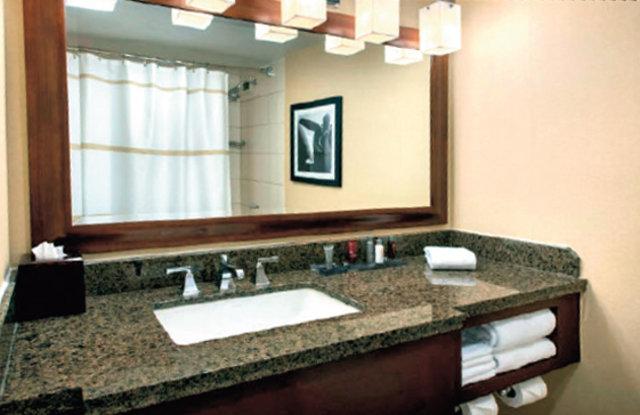 Aynı otelde ve aynı katta, aynı duş perdesinde intihar