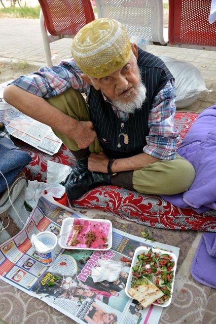 Adana'da 90 yaşındaki adam sokakta kaldı