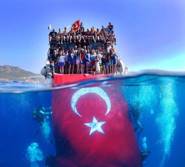 Ez is egy ilyen vízalatti zászlózgatás (Antalya) - Forrás: Habertürk