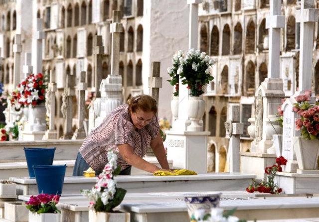 Mezarlığa çiçek bırakma adeti nereden çıkmıştır?