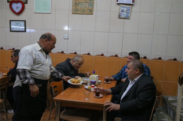 İzmir'de kahvaltıda kuyu kebabı yiyorlar