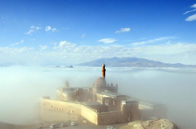 İshak Paşa Sarayı sis altında büyüledi