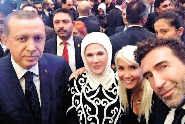 Cumhurbaşkanı Recep Tayyip Erdoğan, 29 Ekim Cumhuriyet Bayramı dolayısıyla Cumhurbaşkanlığı Külliyesi'nde verdiği resepsiyonda sanatçıları da ağırladı