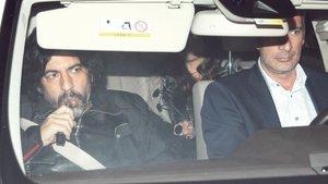 Okan Bayülgen, otomobilinin içinde trafiğin açılmasını bekledi