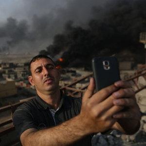 Petrol kuyuları yanan Musul'dan ilginç kareler