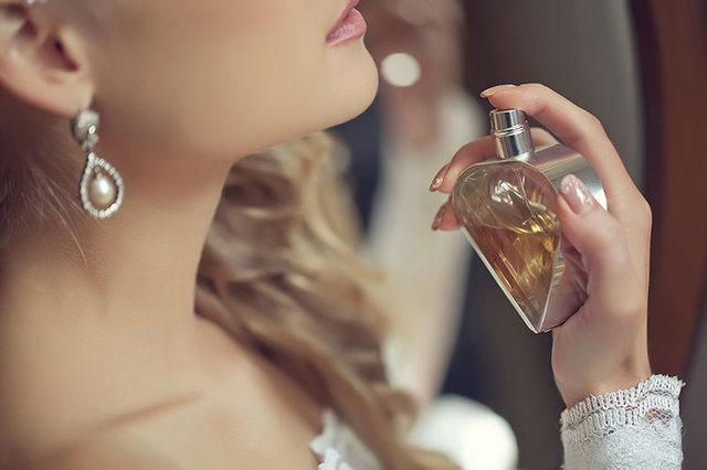 Parfümü kalıcı olması için göbek deliğinize sıkın