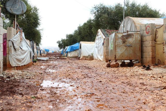 Azez'de çadır kenti su altında kaldı