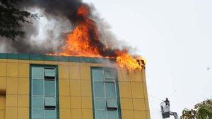 Kağıthane'de iş merkezinin çatısında yangın