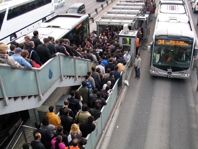 """Uzman yolculardan """"metrobüs"""" taktikleri"""