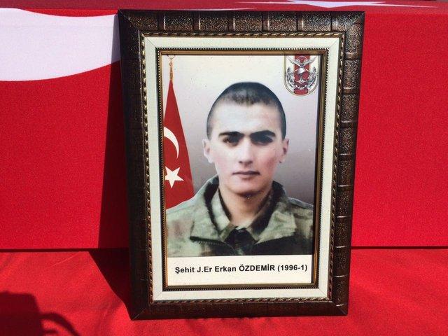 """Şehit er Erkan Özdemir'in annesi: """"O kadar minyondu ki kamuflaj bol geliyordu"""""""