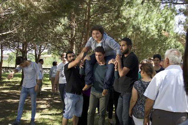Özcan Deniz, senaryo gereği Mesutcan Tomay'ı omzuna aldı