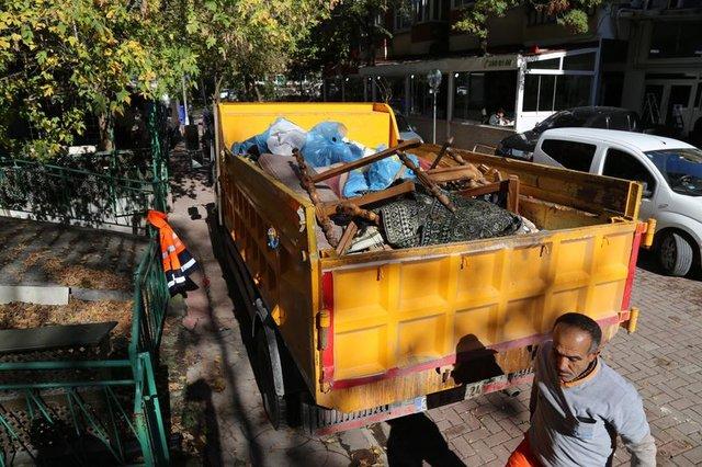 İzmit'te bir evden kamyonlarla çöp çıkartıldı