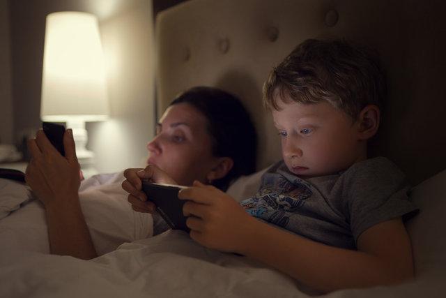 Yatmadan bir buçuk saat önce telefonu elinden alın
