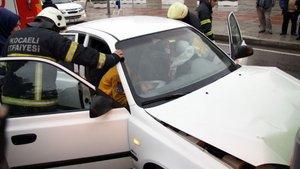 Kocaeli'de bir otomobil halk otobüsüne çarptı