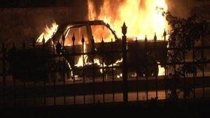 Şişli'de kundaklanan araç alev alev yandı