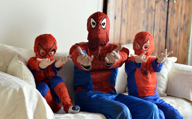 Eskişehir'de yaşayan eski kuaför, örümcek adam kostümüyle cam siliyor