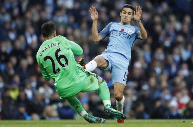 Manchester City - M'Boro maçında Jesus Navas, Victor Valdes'in ayağını deldi