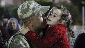 Sınıra asker takviyesinde duygu dolu anlar