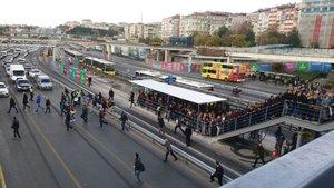 Metrobüs durağı kapatılınca vatandaşlar E-5'e indi