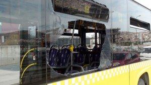 Kartal'da  beton dökme kamyonu belediye otobüsüne çarptı