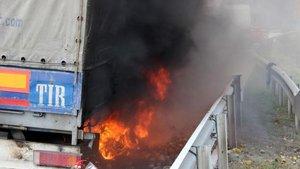 Düzce'de portakal yüklü TIR yandı