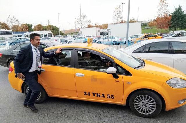 Bakan Nihat Zeybekçi trafiğe takılınca taksiye bindi