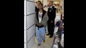 Antalya'da bir alışveriş merkezinde yabancı uyruklu hırsız yakalandı