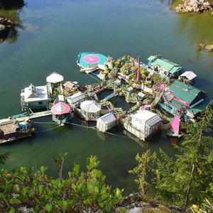Şehirden sıkılıp kendi adalarını böyle yarattılar!