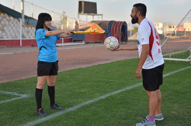 Mardin'de yaşayan Mehmet Ali Babayiğit, geçen yıl bir maçta itiraz için yanına gittiği yardımcı hakem Melek İmamoğlu'na aşık oldu