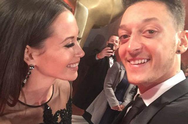 Sevgilisi, Mesut Özil'i sildi