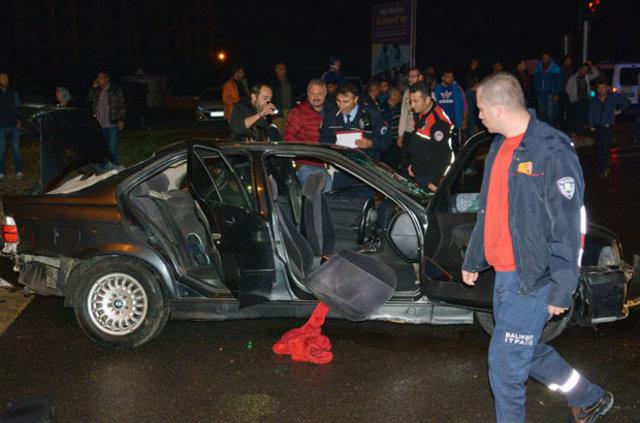 Balıkesir'de otomobil ile kamyonet çarpıştı: 2 ölü 8 yaralı
