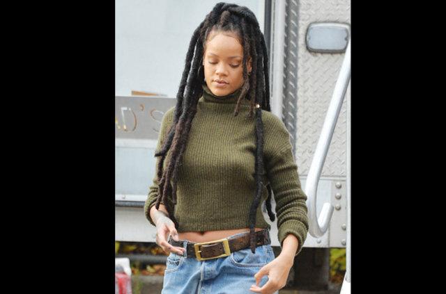 Rihanna sokağa sütyensiz çıktı