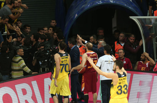 Fenerbahçe - Galatasaray derbisinde ortalık karıştı