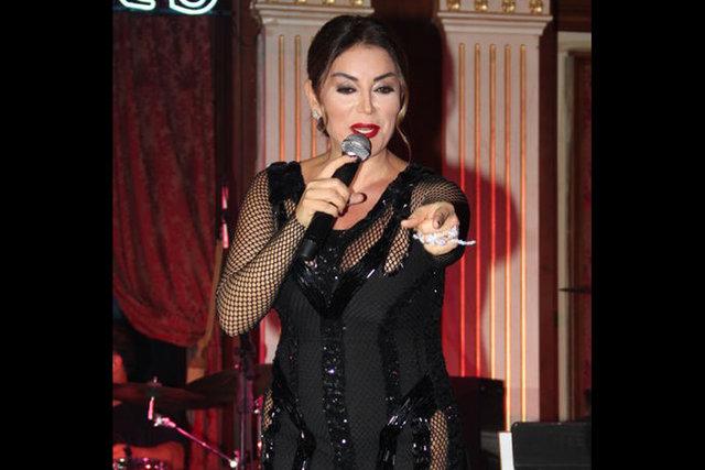 Aşkın Nur Yengi, dev yüzüğüyle dikkat çekti